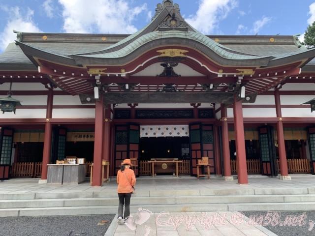 氣比神宮(福井県敦賀市)・拝殿の前にすすむ