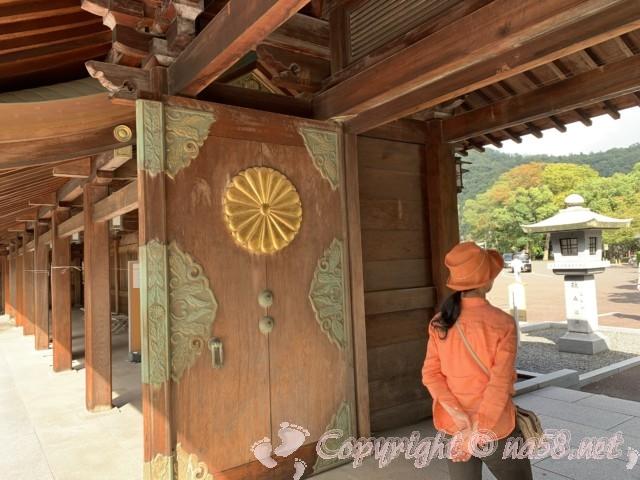 氣比神宮(福井県敦賀市)・境内の様子 重厚な門扉