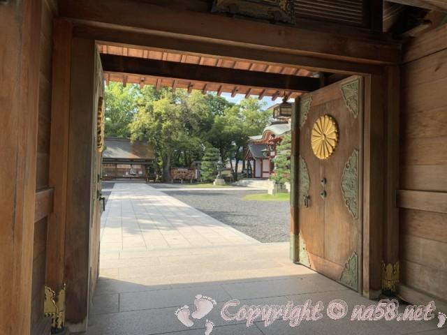氣比神宮(福井県敦賀市)・境内の様子 重厚な門扉の外も境内