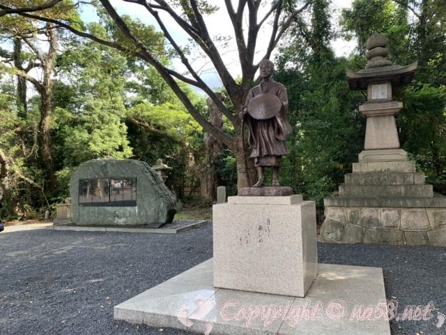 氣比神宮(福井県敦賀市)・境内 松尾芭蕉の銅像と句碑