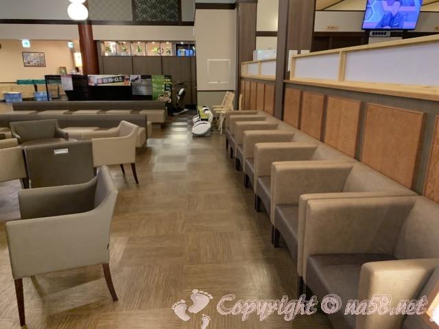 「橿原ぽかぽか温泉」奈良県橿原市 椅子、テーブルの待合、休憩所