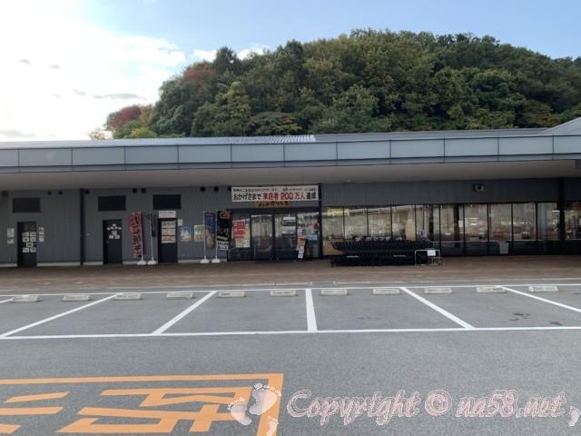 「道の駅 かつらぎ」奈良県葛城市 メイン施設前の平坦な駐車場