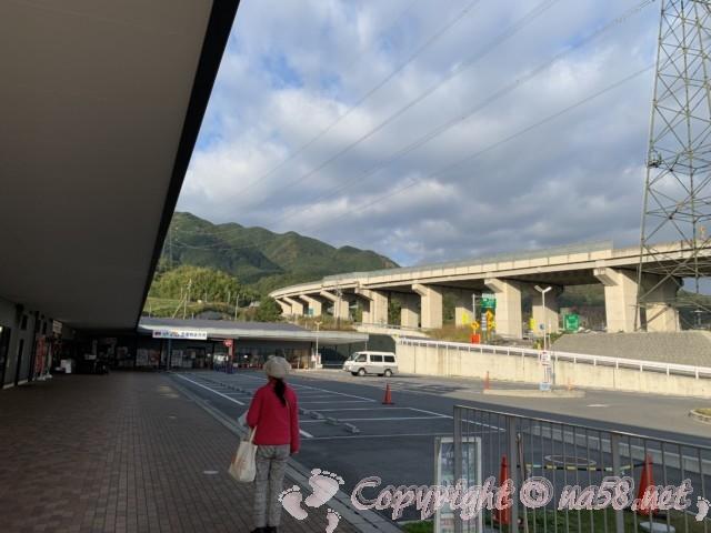 「道の駅 かつらぎ」奈良県葛城市 メイン施設と前の駐車場と高速道路の高架