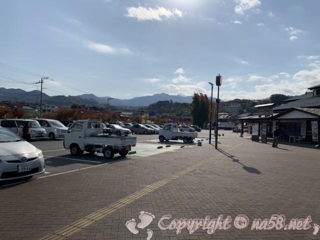 「道の駅 柿の郷くどやま」(和歌山県九度山町)の施設と前の広い駐車場