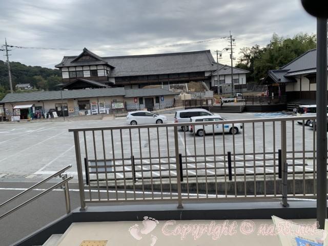 「道の駅 ねごろ歴史の丘」和歌山県岩出市 広い方の駐車場と食事処と旧和歌山県議会議事堂