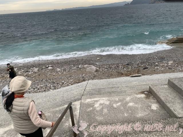 道の駅白崎海洋公園(和歌山県由良町)の目の前の海岸散策路から海へ