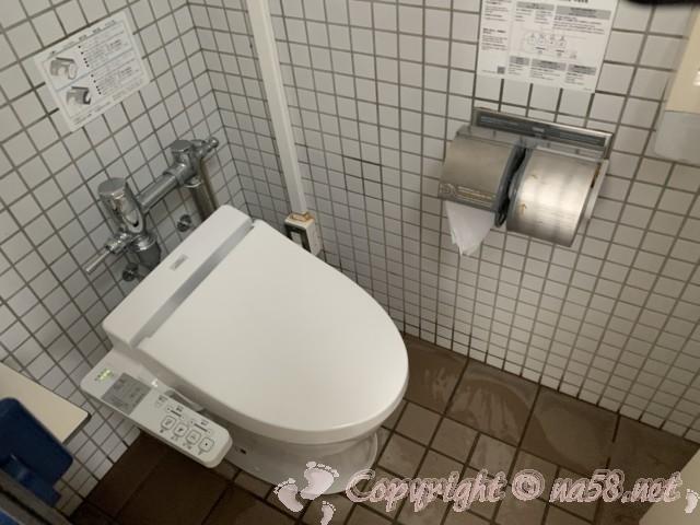 道の駅白崎海洋公園(和歌山県由良町)の駐車場にある24時間使用可能トイレ男性用洋式