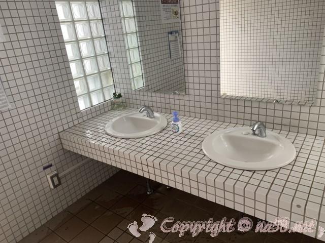 道の駅白崎海洋公園(和歌山県由良町)の駐車場にある24時間使用可能トイレ男性用手洗い洗面