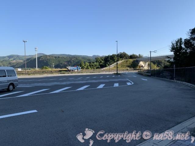 「道の駅くちくまの」(和歌山県上富田町)の駐車場、道路から侵入方向