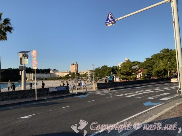 白良浜海水浴場(和歌山県白浜町)の駐車場から通りを隔てて浜辺