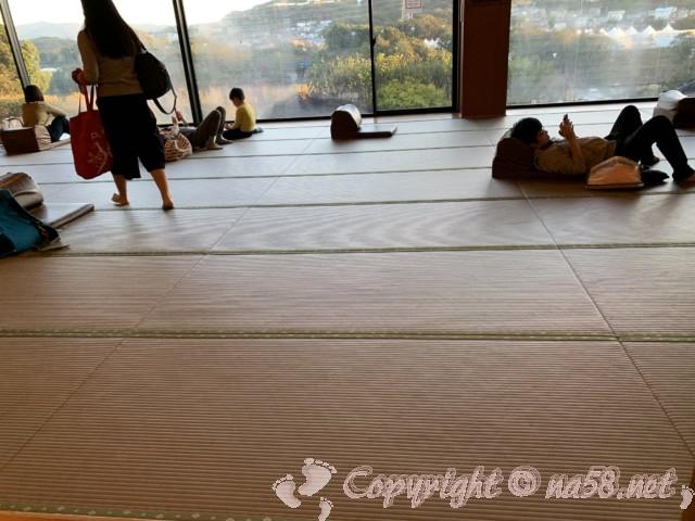 とれとれの湯(和歌山県白浜町)のながめのよい畳の広い休憩所