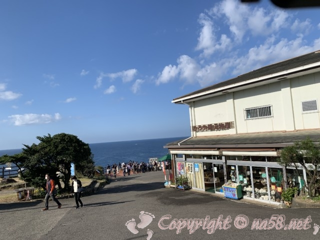 「三段壁」(和歌山県白浜町)公民館の駐車場無料から海岸に近い土産物店