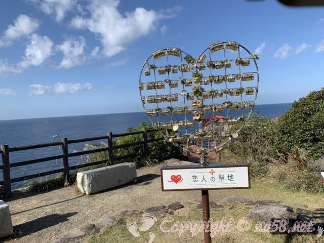 「三段壁」(和歌山県白浜町)のハートのモニュメント、恋人の聖地
