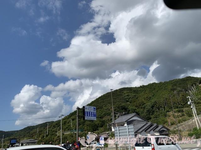 「道の駅すさみ」和歌山県すさみ町 正面駐車場から国道方向をみたところ