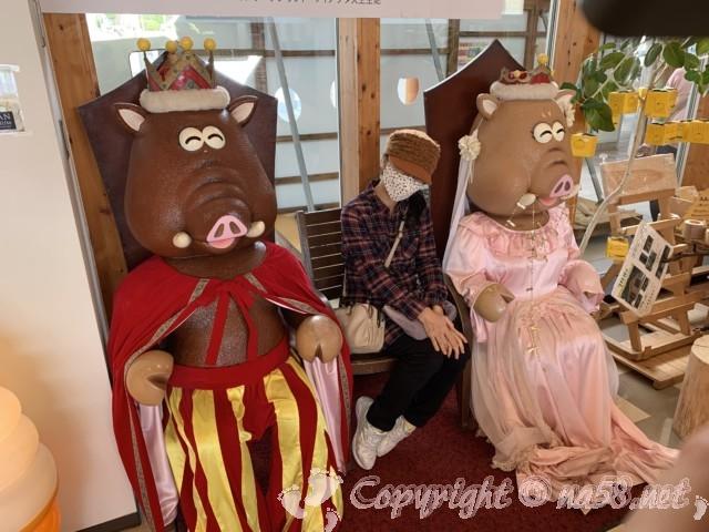 「道の駅すさみ」和歌山県すさみ町 イノブタの王様と王女様の模型