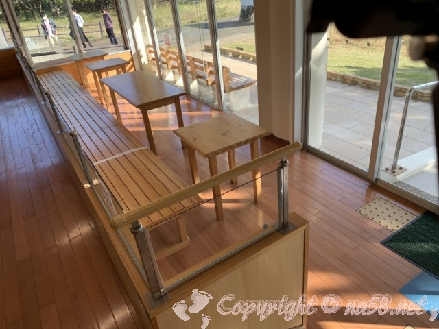 本州最南端 潮岬にある無料休憩所「潮風の休憩所」の中 椅子テーブル席