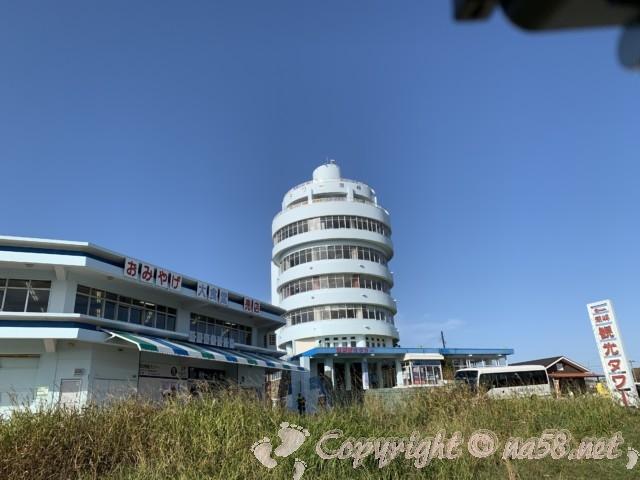 本州最南端 潮岬の観光 潮岬観光タワーのとなりに飲食やお土産店の建物