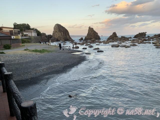 国の名勝天然記念物「橋杭岩」(和歌山県串本町)の海岸沿い