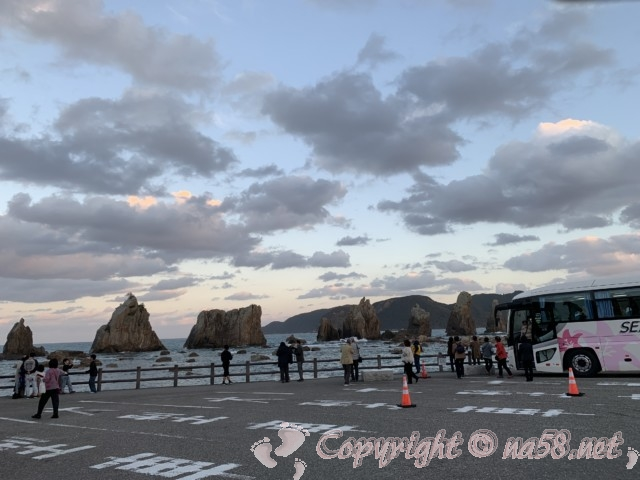 「道の駅くしもと橋杭岩」(和歌山県串本町)大型車駐車場から「橋杭岩」を観る