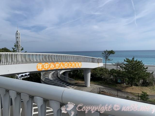 「道の駅 パーク七里御浜」(三重県御浜町)七里御浜にかかる歩道橋と一年中みかんがとれる町