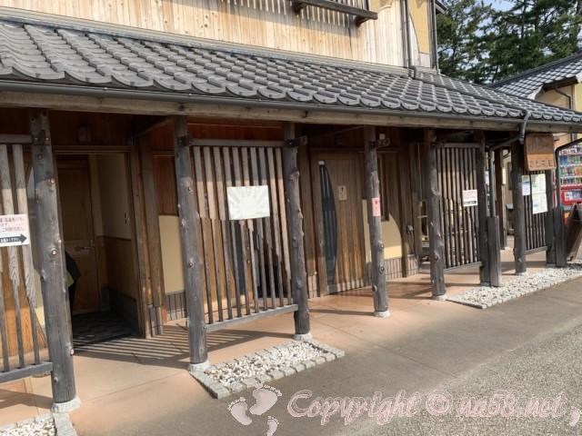 「道の駅 熊野・花の窟」(三重県熊野市)の駐車場そばにあるトイレ