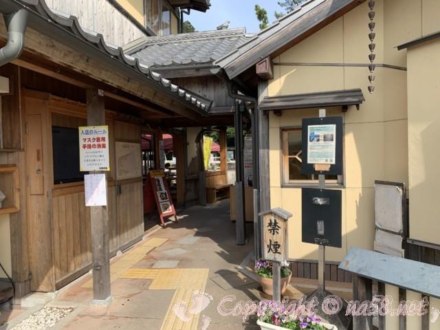 「道の駅 熊野・花の窟」(三重県熊野市)の駐車場そばにあるトイレ右手に奥への通路