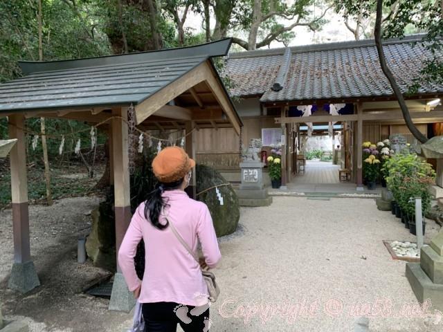 「花の窟神社」(三重県熊野市)手水舎と神門