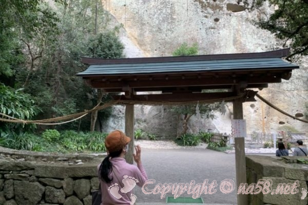 「花の窟神社」(三重県熊野市)巨大な岩に驚く
