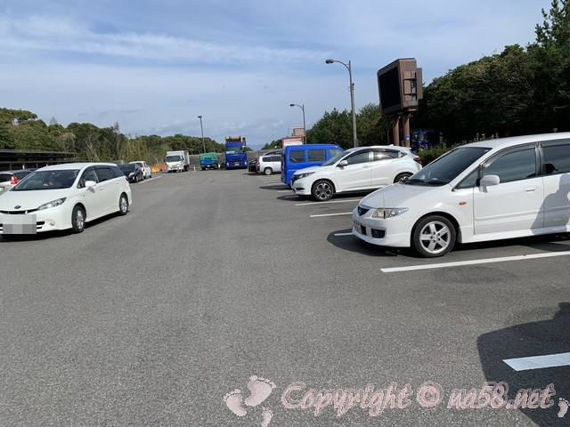 「道の駅紀宝町ウミガメ公園」(三重県紀宝町)メイン施設前の駐車場