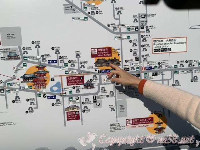 高野山(和歌山県高野町)の金剛峯寺の前の駐車場が一番広い