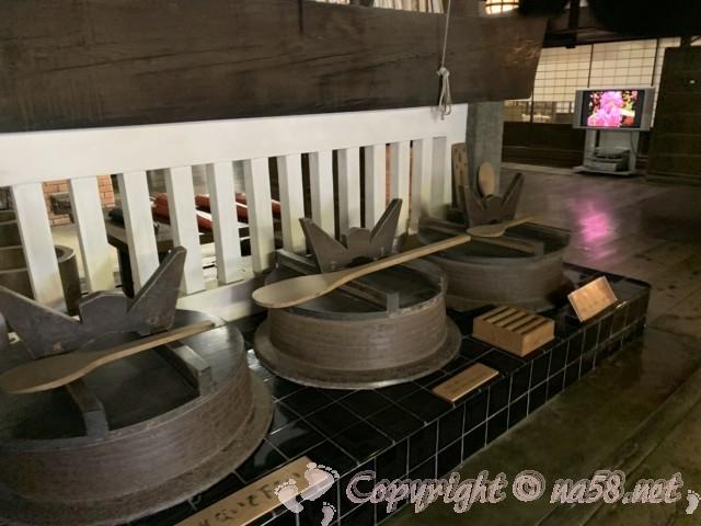 高野山の金剛峯寺 大きなお釜が並ぶ