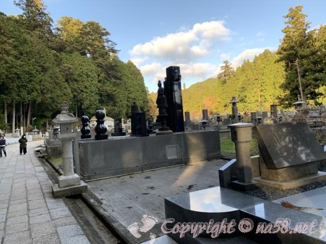 高野山の奥の院 真新しいお墓群も