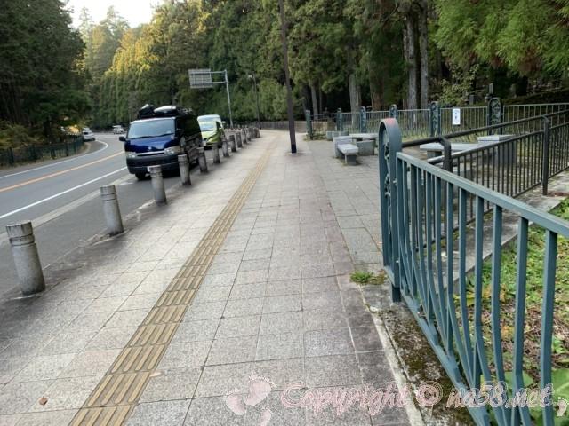 高野山(和歌山県高野町)の奥の院の東南の道路に駐車スペースが連なる