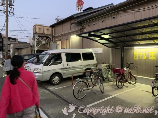 報徳湯(名古屋市北区)の駐車場 建物の横と裏に14台