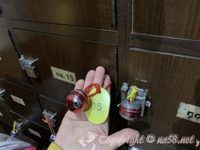 報徳湯(名古屋市北区)の下足箱のカギに大きな鈴付き