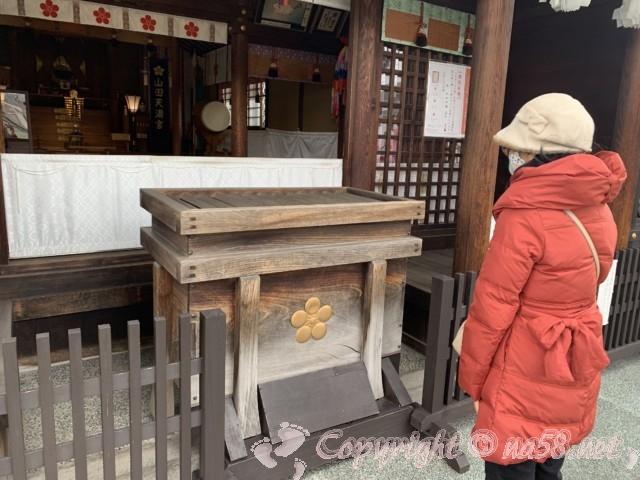 山田天満宮(名古屋市北区)の本殿でお参り