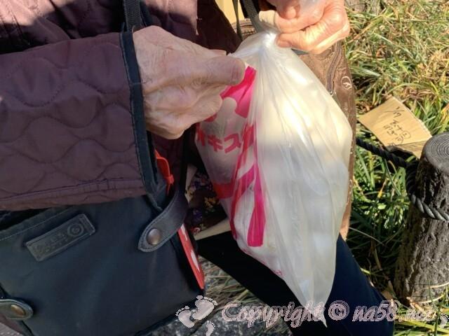 九の市 名古屋市中村区 豊国神社参道にて にんにくを大量に買う90歳の女性