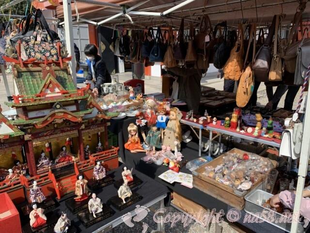 大須骨董市(名古屋市中区)人形やバッグ類の骨董品店
