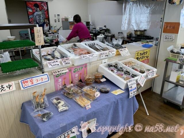 「まちの駅味の蔵たけとよ」の市場食堂、干物の販売、軽食も