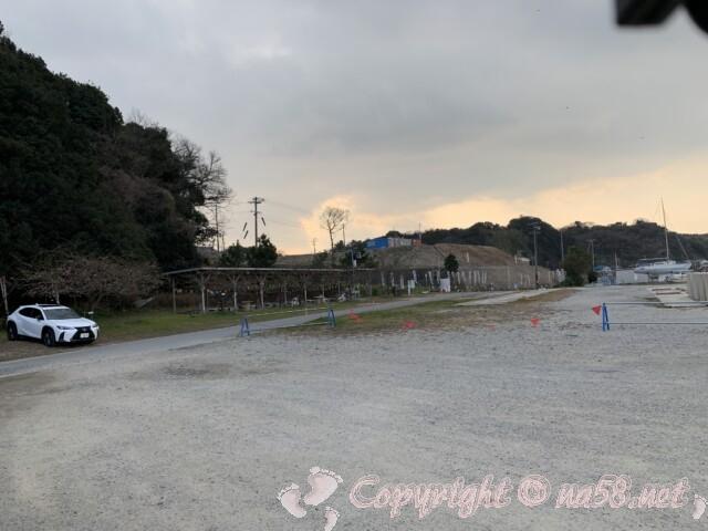 大井漁港にあるバーベキュー場と駐車場(愛知県南知多町)