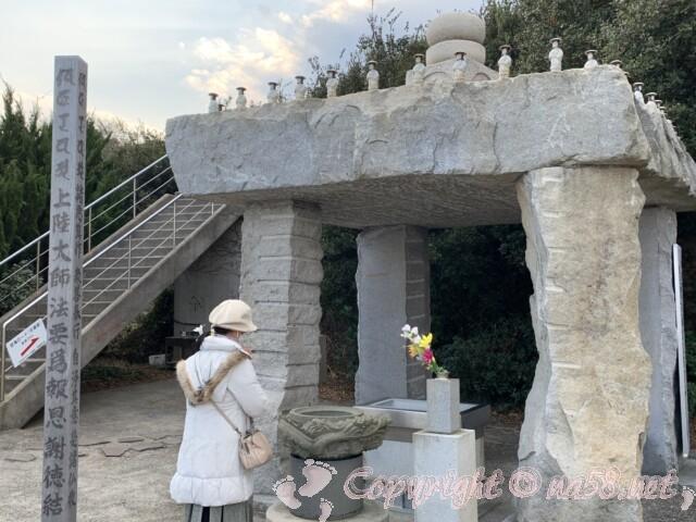 上陸大師像が見える聖崎公園にある参拝所(愛知県南知多町)