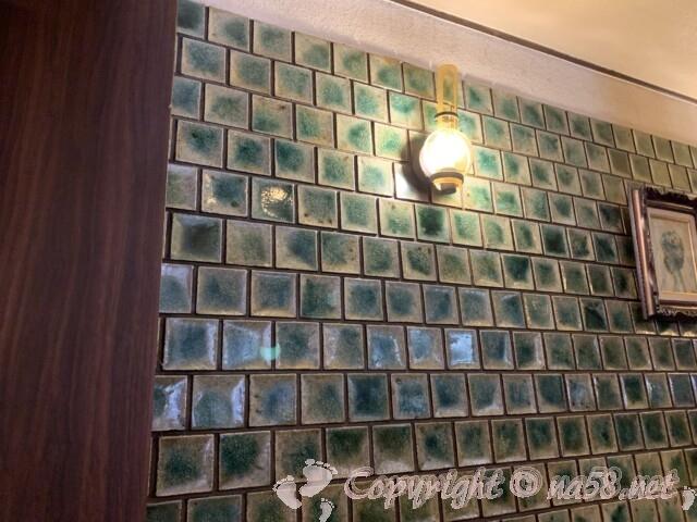 コンパル大須(名古屋中区)店内 昭和レトロ ライトや壁のタイル