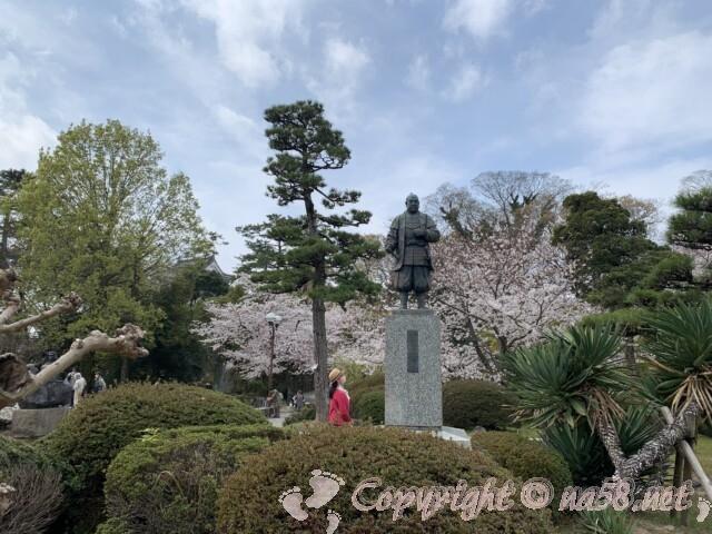 岡崎公園内 徳川家康公の立像と桜