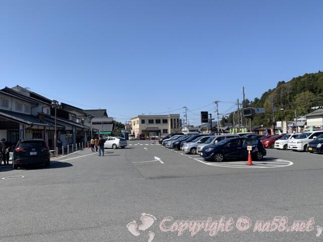 「道の駅 宇陀路大宇陀」奈良県 平面駐車場と左に施設