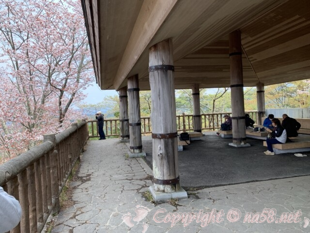 吉野山 奥千本近くの高城山(たかぎやま)展望台 ベンチがある展望デッキと桜の景観