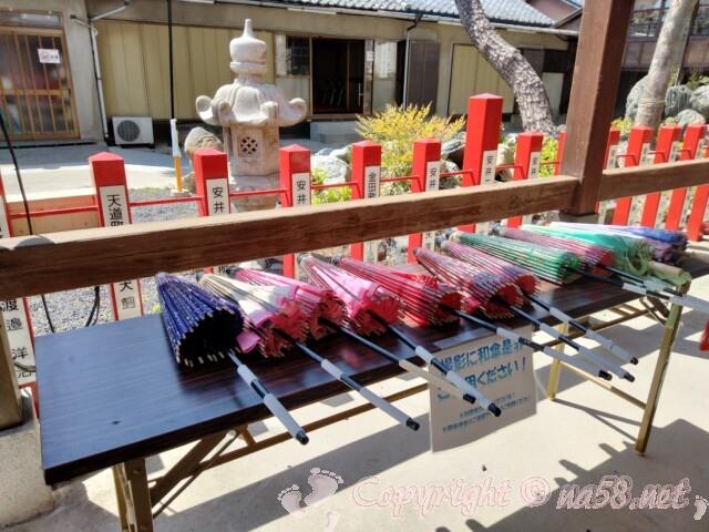 別小江神社(名古屋市北区)拝殿近くに撮影用の和傘あり