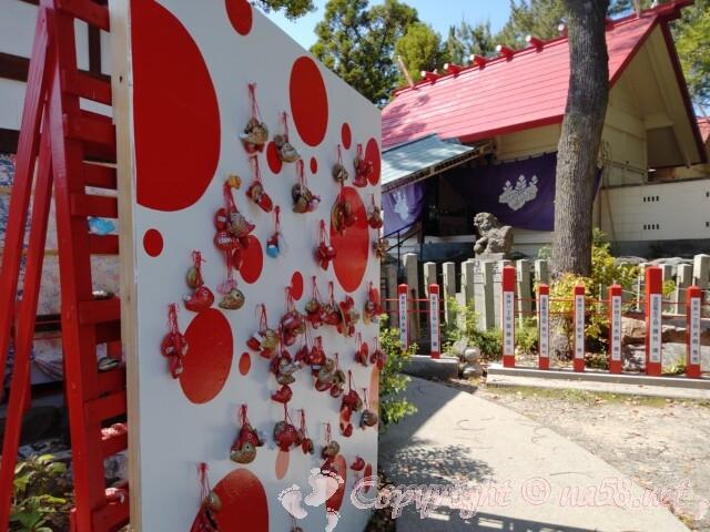 別小江神社(名古屋市北区)本殿前と授与品飾り
