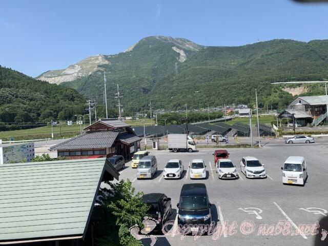 「道の駅 伊吹の里」の二階展望テラスから見た伊吹山と駐車場