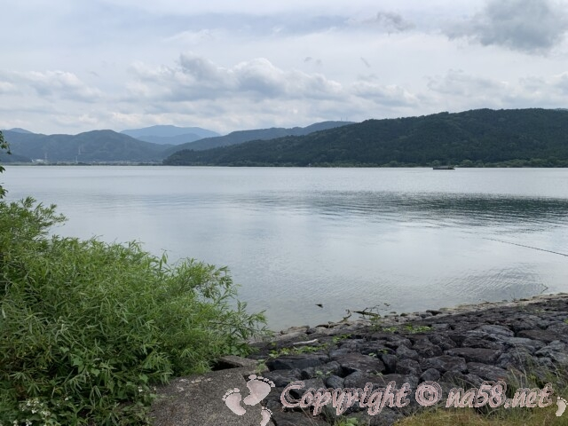おだやかな余呉湖の湖面