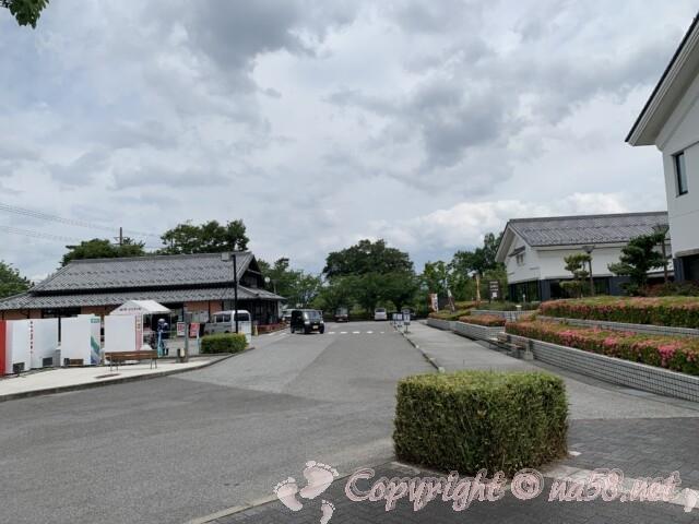 「道の駅 近江母の郷」(滋賀県米原市)駐車場と工芸館